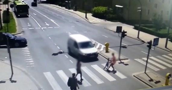 Do mrożącej krew w żyłach sytuacji doszło w Olsztynie na ulicy Limanowskiego. Matka i dziecko prawidłowo przechodzący na przejściu dla pieszych zostali potrąceni. Film z tego zdarzenia udostępniła olsztyńska policja.