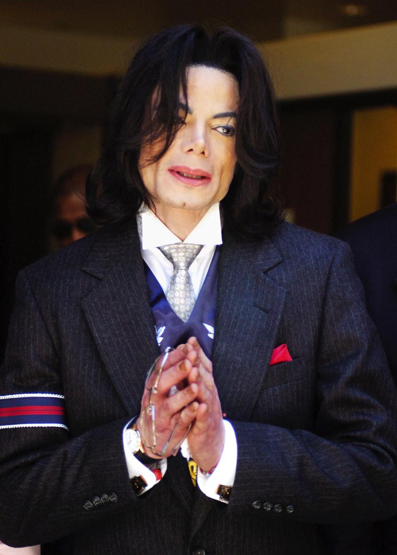 """Wydawałoby się, że sprawa króla popu już nieco ucichła, tymczasem w brytyjskiej telewizji został wyemitowany dokument """"Zabójstwo Michaela Jacksona"""". W jakich okolicznościach swoje życie zakończył zmarły 10 lat temu (25 czerwca 2009 r.) Michael Jackson? Film ma odsłonić kulisty całego zdarzenie oraz ujawnić, co takiego znaleziono w pokoju zmarłego muzyka po jego śmierci."""