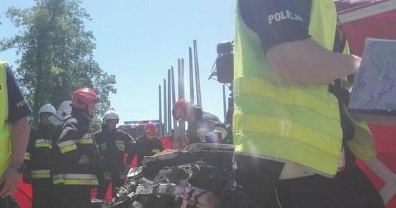 Tragedia na drodze krajowej numer 53 w Myszyńcu Starym w okolicy Ostrołęki na Mazowszu. Zderzyły się tam dwie ciężarówki i samochód osobowy. Według wstępnych informacji, zginęły dwie osoby, a dwie kolejne - w tym 9-letnie dziecko - zostały ranne.