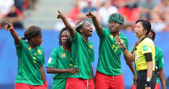 """W meczu 1/8 finału odbywających się we Francji Mistrzostw Świata w Piłce Nożnej Kobiet reprezentantki Anglii pokonały Kamerun 3:0. Wynik zszedł jednak na dalszy plan wobec zachowania, jakiego dopuściły się zawodniczki z Czarnego Lądu. Piłkarki Kamerunu w trakcie gry chciały opuścić boisko, a jedna z nich opluła swoją rywalkę. """"Nie chcemy, żeby z takich obrazków znany był kobiecy futbol"""" – grzmiał po zakończeniu spotkania Phil Neville, trener angielskiej kadry."""