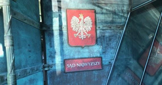 Polska przegrała w Trybunale Sprawiedliwości UE najważniejszą sprawę dotyczącą reformy sądownictwa, czyli związaną z ustawą o Sądzie Najwyższym. Trybunał uznał, że przepisy polskiego prawa dotyczące obniżenia wieku przejścia w stan spoczynku sędziów Sądu Najwyższego były sprzeczne z prawem Unii i naruszały zasady nieusuwalności oraz niezawisłości sędziów.