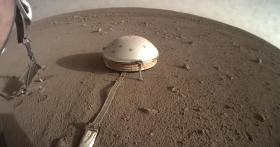 NASA rozpoczęła serię manewrów, które mogą pomóc polskiemu Kretowi w realizacji jego marsjańskiej misji. Agencja nie ogłosiła jeszcze oficjalnego komunikatu w tej sprawie, ale na przesłanych na Ziemię, wykonanych wczoraj, zdjęciach widać wyraźnie, że struktura podtrzymująca penetrator została uniesiona w górę i widać już samego Kreta, wbitego częściowo w marsjański grunt. W ciągu najbliższych kilku dni zasadnicza część sondy termicznej HP3 zostanie najprawdopodobniej odstawiona na bok i powinny rozpocząć się próby ułatwienia Kretowi procedury kopania.