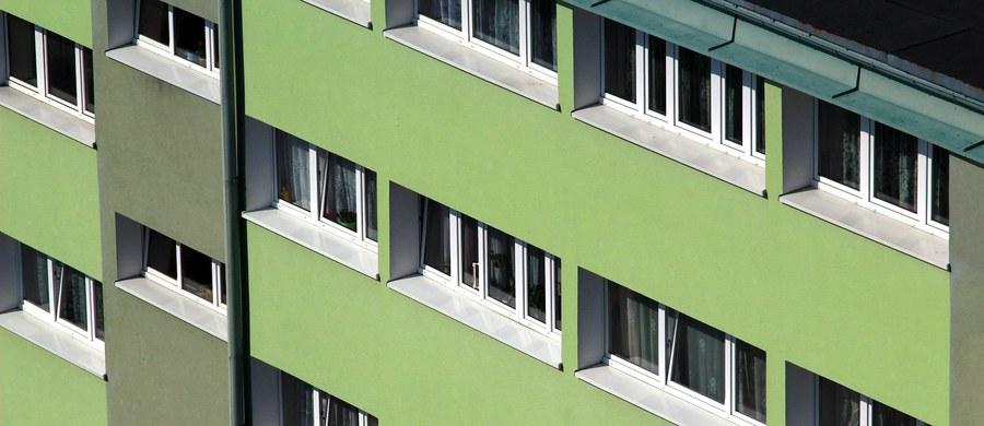 O krok od tragedii w Jastrzębiu-Zdroju na Śląsku. Tamtejsza policja dostała zgłoszenie o 3-letniej dziewczynce siedzącej na zewnętrznym parapecie okna na drugim piętrze.