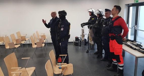 W Krakowie trwają dziś szkolenia dla ratowników medycznych z pogotowia ratunkowego. Podstawowych technik samoobrony uczą ich szkoleniowcy z Oddziału Prewencji Policji w Krakowie.