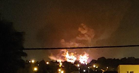 Około 150 strażaków walczyło w nocy z pożarem hali produkcyjno-magazynowej w Mikołowie (Śląskie). Część obiektu udało się uratować. We wtorek rano trwało jeszcze dogaszanie i zabezpieczanie pogorzeliska.