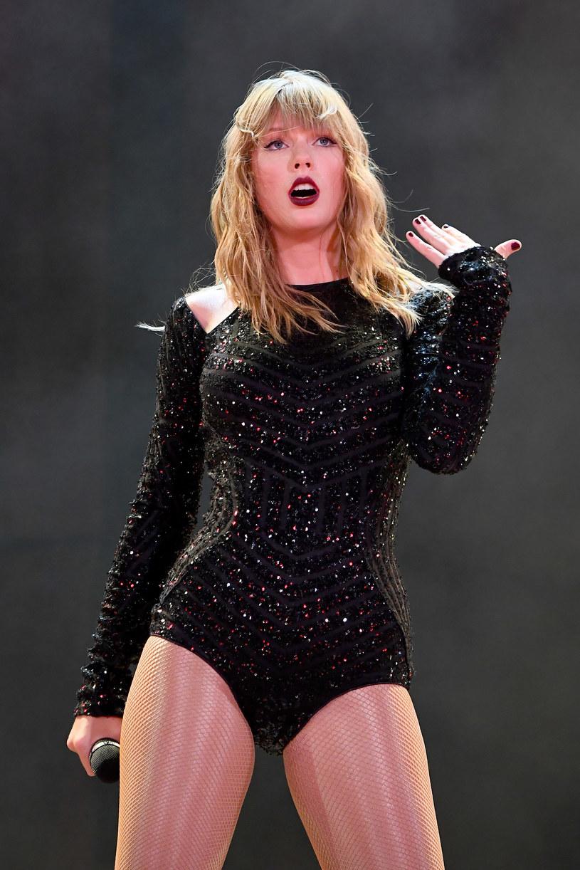 Taylor Swift pokazała, że fani nie są jej obojętni. Gwiazda, kiedy dowiedziała się, że jest idolką chorej 22-latki, która leży w hospicjum, postanowiła do niej zadzwonić i porozmawiać. W ślad za nią poszły wiele innych gwiazd, m.in. Selena Gomez, Gwen Stefani, Billie Eilish, Chris Martin, Jonas Brothers czy Adam Levine.