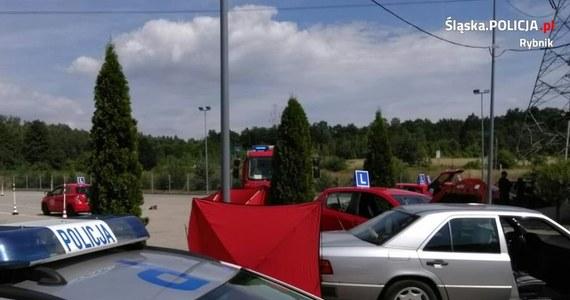 Nowe informacje w sprawie tragicznego wypadku podczas egzaminu na prawo jazdy w Rybniku. Jak dowiedział się Polsat News, kursantka potrąciła egzaminatora podczas wykonywania manewru jazdy po łuku. Zamiast zahamować, 68-letnia kobieta przyspieszyła i uderzyła w stojącego na placu manewrowym 35-latka. Zahamowała dopiero na kolejnym samochodzie.