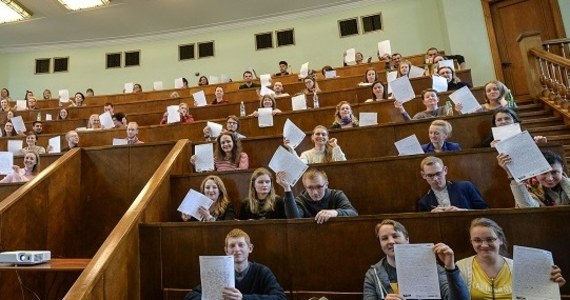Ósmoklasisto, nadal nie wybrałeś szkoły średniej? Wahasz się, czy uczyć się kilku języków obcych, czy może postawić na naukę rozszerzonej informatyki, matematyki i fizyki? Mamy dla Ciebie alternatywne rozwiązanie - naukę w czteroletnim Akademickim Liceum Ogólnokształcącym przy Wszechnicy Polskiej Szkole Wyższej w Warszawie o specjalności, która pozwolić Ci rozwijać zarówno zainteresowania humanistyczne, jak i informatyczne. Klasa lingwistyczno-informatyczna jest dla osób chcących poznać tajniki programowania, zgłębić praktyczne zastosowania nowoczesnych technologii, nauczyć się praktycznego używania matematyki w informatyce, a jednocześnie mających potrzebę uczenia się języków obcych (języka angielskiego oraz - wybranego przez ucznia - języka hiszpańskiego, włoskiego lub niemieckiego). W klasie tej nauka na poziomie rozszerzonym odbywa się na lekcjach języka angielskiego i informatyki, a trzeci przedmiot w wariancie rozszerzonym może wybrać sam uczeń. Dzięki temu jest on niejako kreatorem własnej ścieżki kształcenia.