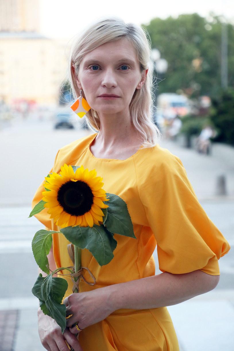 """Kai stara się pokazać ludziom, jak mało atrakcyjna stała się prawda. Wolą usłyszeć kłamstwo i w nie uwierzyć - mówi o swojej bohaterce z filmu """"Ja teraz kłamię"""" Agata Buzek. Nowa produkcja Pawła Borowskiego wchodzi na ekrany polskich kin 28 czerwca."""