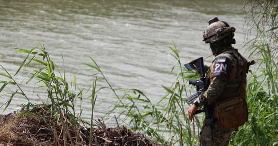 """Ramiona dziecka wciąż obejmujące szyję ojca. Szokujące zdjęcie pochodzącego z Salwadoru uchodźcy, który wraz z dzieckiem utonął w nurtach rzeki Rio Grande obiegło cały świat. Już zostało okrzyknięte symbolem setek tysięcy uciekinierów z Ameryki Południowej, którzy w """"karawanach biedy"""" lub na własną rękę próbują przedostać się do Stanów Zjednoczonych."""