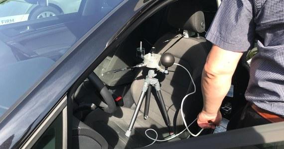 Jak szybko rośnie temperatura we wnętrzu samochodu? Jaką wartość maksymalnie osiągnie? Kiedy pojawiają się warunki groźne dla zdrowia człowieka? Na te pytania starali się odpowiedzieć studenci Wydziału Inżynierii Środowiska Politechniki Wrocławskiej, którzy zostawili na słońcu cztery samochody i zmierzyli temperaturę w środku.