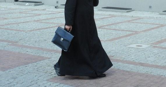 """Prokuratura Okręgowa w Kielcach wszczęła śledztwo w związku ze sprawą byłego proboszcza w świętokrzyskiej Topoli, księdza Jana A., przedstawioną w filmie """"Tylko nie mów nikomu"""" braci Sekielskich. W filmie kapłan przyznał się do wykorzystywania nieletnich dziewczynek."""