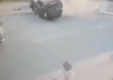 Koziołkujące auto uderza w zaparkowany samochód. Dramatyczne nagranie