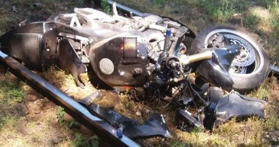 Prokurator podjął decyzję o zatrzymaniu motocyklisty, który śmiertelnie potrącił w Sosnowcu kobietę. Potrącenia w ostatniej chwili uniknęło dwoje dzieci. Wypadek wydarzył się na przejściu dla pieszych. 25-latek nie miał uprawnień do kierowania motocyklem.
