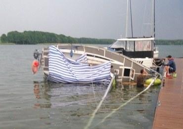 Wichura na jeziorze Mamry. Przewróciły się łódki