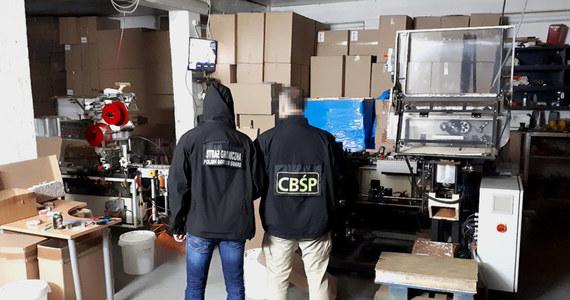 """13 osób zostało zatrzymanych w związku z likwidacją nielegalnej fabryki i magazynu papierosów w Portugalii. W międzynarodową operację """"Dynamo"""" były zaangażowane Zarząd w Poznaniu CBŚP, portugalska Guarda Nacional Republicana, Nadodrzański Oddział Straży Granicznej i Europol."""