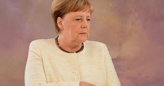 Angela Merkel trzęsła się podczas zaprzysiężenia nowej minister sprawiedliwości Christine Lambrecht. To już druga taka niedyspozycja Merkel w ostatnich dniach. 18 czerwca kanclerz Niemiec nie mogła opanować drżenia ciała podczas spotkania z prezydentem Ukrainy Wołodymyrem Zełenskim. Tłumaczyła wtedy, że powodem było odwodnienie.