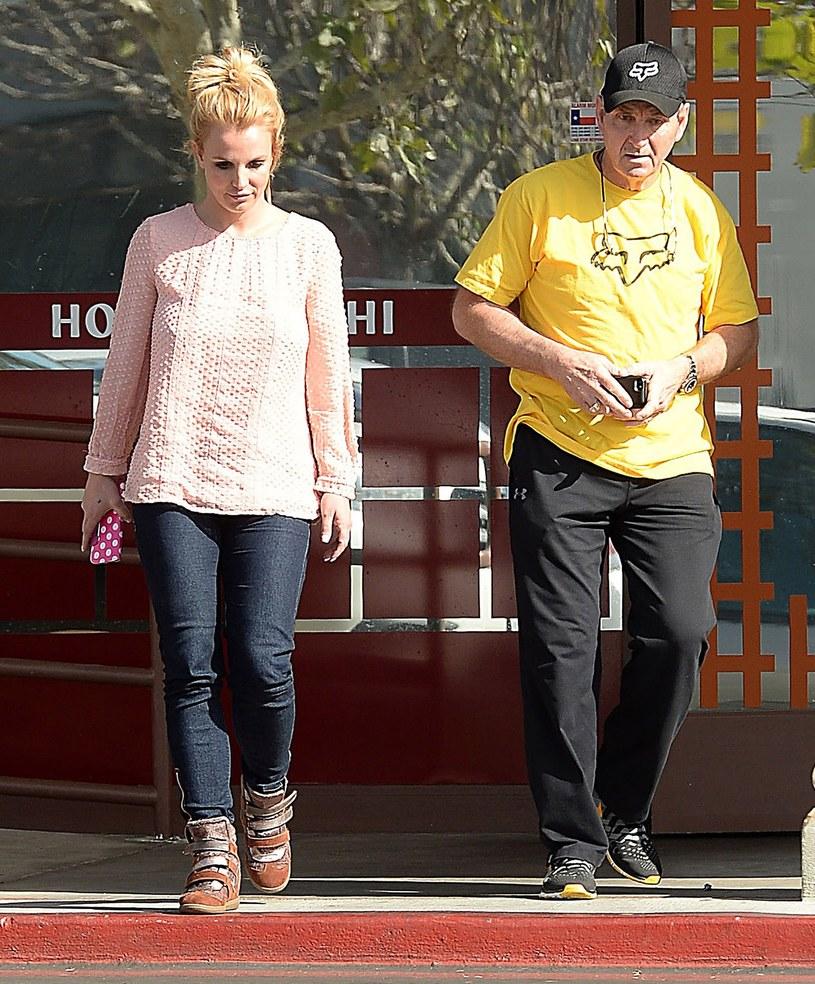 Ojciec Britney Spears ma już dość oskarżeń, jakie pod jego adresem wysuwają najzagorzalsi fani Britney z członkami ruchu #FreeBritney na czele. Mężczyzna postanowił w końcu pozwać twórcę ruchu do sądu za zniesławienie.