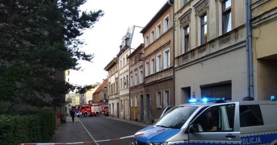 Saperzy wywożą niewybuchy znalezione w Mieroszowie w powiecie wałbrzyskim. Zbierał je jeden z mieszkańców. Ewakuowano w sumie 70 osób z kilku kamienic.