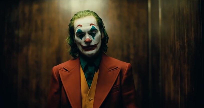 """Według nieoficjalnych informacji studio Warner Bros. zamierza zaprezentować """"Jokera"""" podczas festiwalu w Wenecji. Film opowiadający o genezie nemezis Batmana miałby rozpocząć tym samym swoją kampanię oscarową. W Wenecji miałby pojawić się także Sylvester Stallone z nowymi przygodami Rambo."""