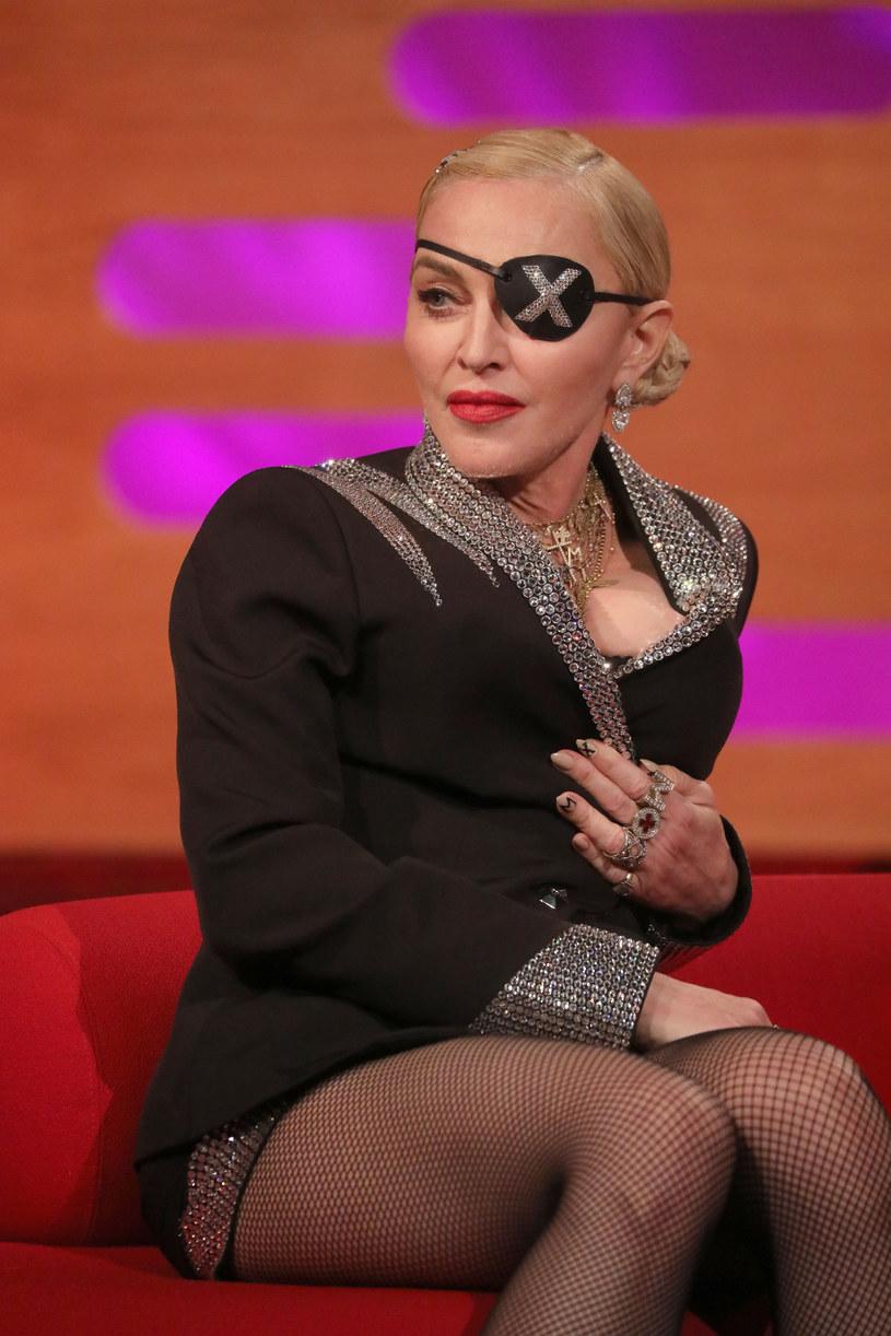 """Prawie 2 mln odsłon zanotował w ciągu doby najnowszy teledysk Madonny. W teledysku """"God Control"""" królowa popu porusza temat przemocy z użyciem broni. Klip zawiera drastyczne sceny przed czym przestrzega plansza na początku."""