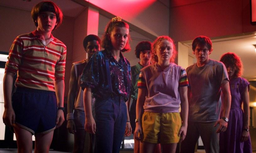 """""""Jedno lato może zmienić wszystko"""" - tym hasłem został okraszony zwiastun trzeciego sezonu serialu """"Stranger Things"""", który będzie miał swoją premierę 4 lipca. Produkcja nieoczekiwanie stała się światowym hitem i telewizyjnym fenomenem."""