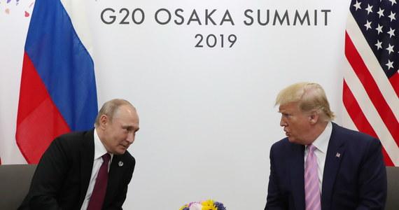 """Godzina i dwadzieścia minut - tyle trwało spotkanie dwustronne prezydenta USA Donalda Trumpa i prezydenta Rosji Władimira Putina w kuluarach szczytu przywódców grupy G20 w japońskiej Osace. Jeszcze przed spotkaniem amerykański prezydent poprosił Putina o to, by ten """"nie wtrącał się"""" w wybory w USA."""