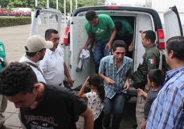 Migranci porzuceni w przyczepie na autostradzie w Meksyku
