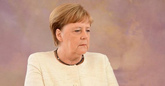 """""""Skłaniałbym się ku diagnozie zespołu pozapiramidowego. To jedno z najczęstszych zaburzeń neurologicznych wieku podeszłego"""" – mówi w rozmowie z Onetem prof. Bogusław Paradowski, nawiązując do przypadłości kanclerz Niemiec Angeli Merkel. W ostatnich dniach dwukrotnie została ataku drgawek. W czwartek nie była w stanie opanować trzęsienie dłoni podczas zaprzysiężenia nowej minister sprawiedliwości Christine Lambrecht. 18 czerwca podobne drgawki miała podczas spotkania z prezydentem Ukrainy Wołodymyrem Zełenskim."""