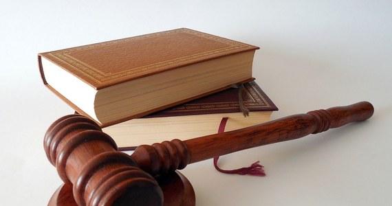 Krajowa Rada Sądownictwa skieruje do TSUE wniosek o ponowne otworzenie ustnego etapu postępowania - wynika z przyjętej w piątek uchwały Rady ws. opinii rzecznika generalnego TSUE. Według KRS opinia rzecznika nie spełnia standardów opinii prawnej oraz zawiera wewnętrzne sprzeczności.