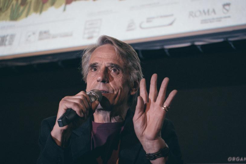 """W Rzymie w ramach """"Cinema America"""" organizowane są publiczne pokazy filmów z całego świata. 16 czerwca 2019 roku podczas pokazu """"Pierwszego reformowanego"""" Paula Schradera doszło do ataku przeprowadzonego przez zwolenników skrajnej prawicy. Ofiarami byli ludzie z koszulkami """"Cinema America""""."""