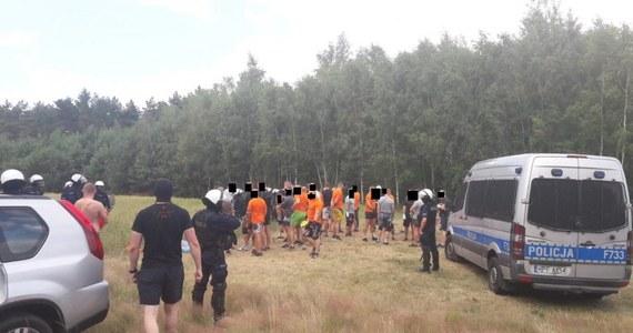 Około 70 pseudokibiców dwóch zwaśnionych klubów z Łodzi i Warszawy, namierzyła w Łódzkiem policja. Spotkali się w lesie, niedaleko autostrady A1 w gminie Bielawy w powiecie łowickim. Mieli przy sobie przedmioty, które sugerowały, że mężczyźni chcieli się bić.