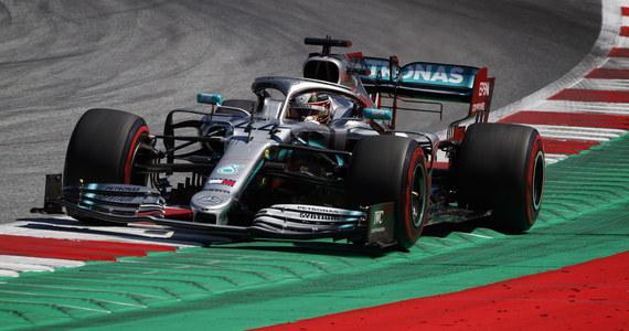 Ostatnie, 20 miejsce zajął Robert Kubica (Williams), na pierwszym treningu przed niedzielnym wyścigiem Formuły 1 o Grand Prix Austrii. Najszybszy był broniący tytułu mistrza świata Brytyjczyk Lewis Hamilton (Mercedes). Lider klasyfikacji generalnej uzyskał czas 1.04,838 i wyprzedził o 0,144 Niemca Sebastiana Vettela (Ferrari) i o 0,161 swojego kolegę z zespołu Fina Valtteriego Bottasa.