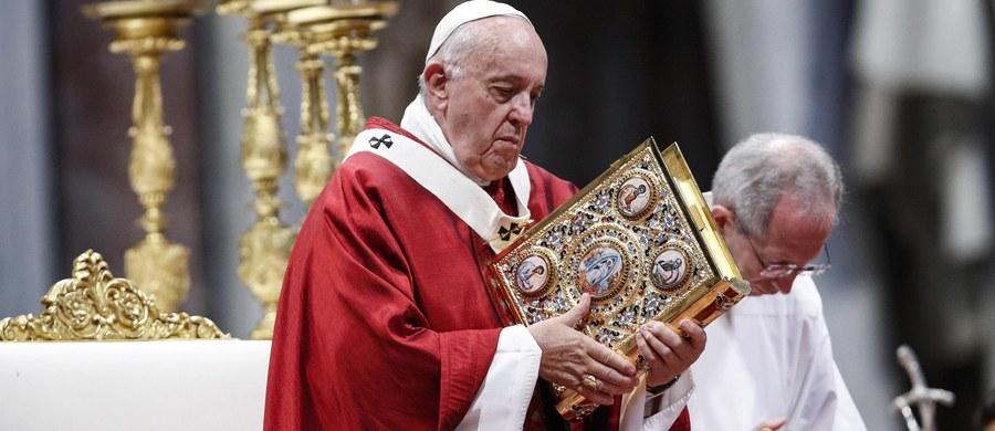"""Papież Franciszek powiedział wiernym, że Jezus kocha Kościół mimo błędów i zdrad. """"Jezus chce, byśmy byli zjednoczeni i otwarci"""" - wskazał. Tłumaczył, że """"jesteśmy różni, ale to nas wzbogaca, to jest braterstwo""""."""