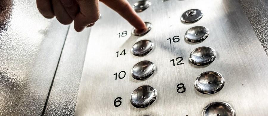 50-letnia mieszkanka włoskiej Padwy spędziła 27 godzin uwięziona w windzie. Przed odwodnieniem organizmu uratowało ją to, że miała przy sobie wino. Sprawę opisują włoskie media. Podkreślają, że do tego zdarzenia doszło w dniach, gdy temperatura sięga 40 stopni.