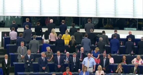 """Niecodzienne sceny rozegrały się podczas inauguracji pierwszej sesji plenarnej Parlamentu Europejskiego. W trakcie odgrywania hymnu UE, 29 posłów brytyjskiej partii Brexit Nigela Farage'a odwróciło się plecami. """"Odę do radości"""" na początku zignorowało też dwoje europosłów z Polski. Później politycy wstali."""