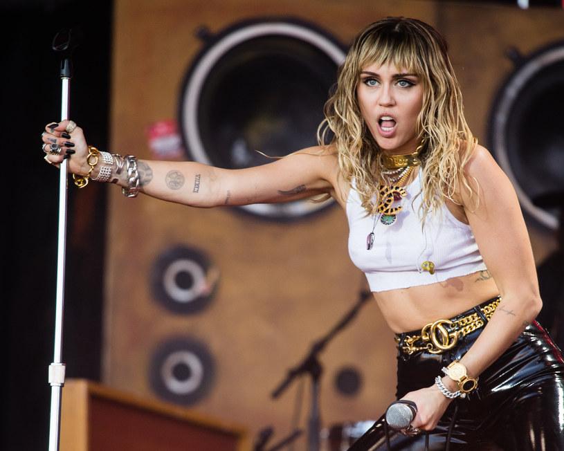 """Miley Cyrus uwielbia szokować i wzbudzać kontrowersje. Pokazała to w pełni w swoim najnowszym teledysku do utworu """"Mother's Daughter"""", który ukazał się na jej ostatniej EP-ce """"She is coming""""."""