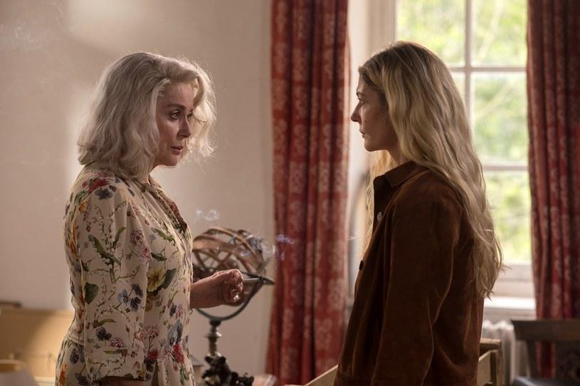 """W swoim najnowszym filmie """"Pamiątki Claire Darling"""", Catherine Deneuve zagrała z córką, Chiarą Mastroianni. Chiara to owoc jej związku z legendarnym włoskim aktorem, Marcello Mastroiannim."""