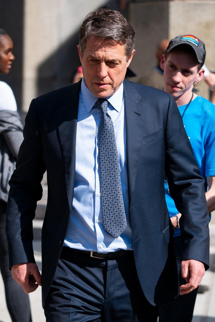 """Brytyjski aktor Hugh Grant nie chciał zagrać """"drugoplanowej roli"""" w wideo prezentującym skutki kryzysu śmieciowego w Rzymie. Gwiazdor wyrwał z rąk szefowej zakładów oczyszczania miasta telefon, gdy nagrywała sceny z rzymskiej ulicy. Pomylił ją z paparazzo."""