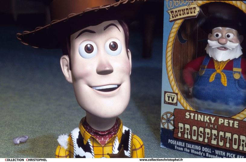 """9 sierpnia 2019 roku na ekrany polskich kin wejdzie """"Toy Story 4"""", kontynuacja przygód sympatycznych zabawek - kowboja Chudego i astronauty Buzza. Amerykańscy widzowie mogą cieszyć się powrotem do popularnej serii od połowy czerwca. Przy okazji premiery na tamtejszym rynku ponownie wprowadzono do sprzedaży poprzednie części na DVD i Blu-ray. Okazało się, że w najnowszym wydaniu Disney zdecydował się na usunięcie jednej z problematycznych scen """"Toy Story 2""""."""