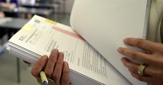 Świadectwo dojrzałości uzyskało 80,5 proc. tegorocznych absolwentów szkół ponadgimnazjalnych. 12,9 proc. abiturientów, którzy nie zdali jednego przedmiotu, ma prawo do poprawki w sierpniu - to wstępne wyniki tegorocznego egzaminu maturalnego.