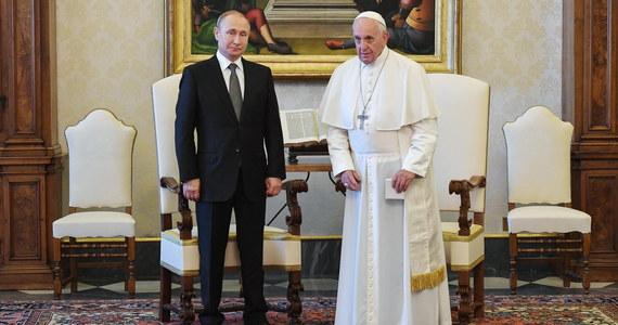55 minut trwała rozmowa papieża Franciszka z prezydentem Rosji Władimirem Putinem w Watykanie. Po spotkaniu z udziałem tłumaczy odbyła się druga, otwarta część audiencji z wymianą podarunków.