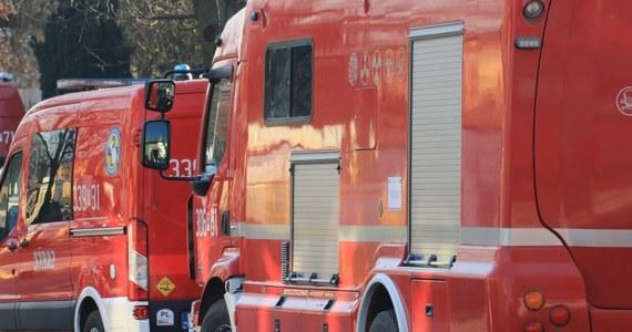 Katastrofa budowlana w Bytomiu. Na terenie dawnej kopalni Rozbark runął komin. Jedna ranna osoba została zabrana do szpitala. Strażacy sprawdzają gruzowisko.