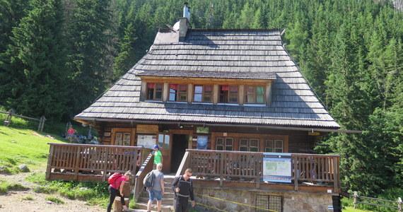 """Małe, przytulne, turyści mówią o nim """"schronisko z duszą"""" - schronisko na Hali Kondratowej w Tatrach znają niemal wszyscy, którzy zdobywali Giewont. Leży przy głównym szlaku prowadzącym z Kuźnic na tę najsłynniejszą tatrzańską górę. Mało kto wie, że schronisko o mały włos nie stało się jej ofiarą. To właśnie z grani Długiego Giewontu w 1953 roku oderwały się potężne głazy i jeden z nich (ważący, bagatela, jakieś 50 ton) wbił się w ścianę schroniska. Na szczęście nikomu nic się nie stało."""