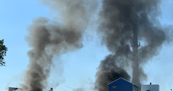 Będzie prokuratorskie śledztwo w sprawie czwartkowego pożaru magazynu z odpadami w Chybiu na Śląsku Cieszyńskim. Pożar opanowano wieczorem, ale nadal trwa dogaszanie pogorzeliska.