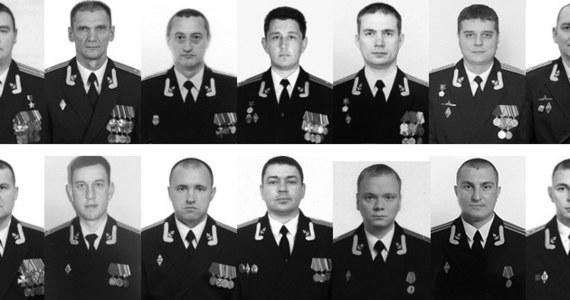 """Oficerowie jednostki atomowej Łoszarik wykonywali skomplikowane manewry przy dnie, łącznie z posadzeniem okrętu. Celem ekspedycji było coroczne potwierdzenie kwalifikacji załogi. Dziennik """"Izwiestia"""" twierdzi, że zna szczegóły poniedziałkowej misji. Podczas pożaru na  pokładzie tajnej jednostki zginęło 14 oficerów marynarki."""