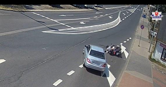 Policjanci ustalają okoliczności zdarzenia, do którego doszło w poniedziałek na jednym ze skrzyżowań w Białej Podlaskiej. Ze wstępnych ustaleń wynika, że kierujący skuterem 62-latek doprowadził do kolizji drogowej. Potem odjechał z miejsca zdarzenia, pozostawiając wnuka, z którym podróżował. Całą sytuację zarejestrowała jedna z kamer miejskiego monitoringu.