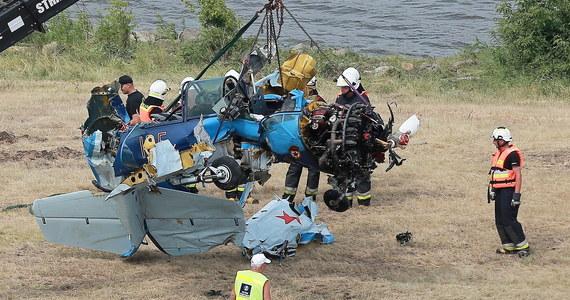 Pilot Jaka-52, który rozbił się podczas pokazów lotniczych w Płocku, nie zasłabł, był przytomny i skupiony do momentu katastrofy. Zmarł wskutek masywnych obrażeń - wynika z opinii biegłych.