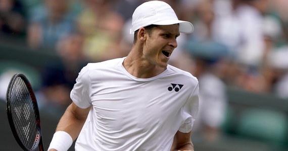 """Hubert Hurkacz, mimo pozostawienia po sobie dobrego wrażenia w meczu 3. rundy wielkoszlemowego Wimbledonu z liderem światowego rankingu tenisistów Novakiem Djokovicem, był wyraźnie zawiedziony porażką. """"Ona boli, bo widziałem możliwość, by pokonać Serba"""" - zaznaczył."""