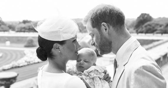W kaplicy zamku Windsor ochrzczony został dziś syn księcia Harry'ego i Meghan Markle - Archie. Brytyjska rodzina królewska opublikowała oficjalne zdjęcia z tej uroczystości.